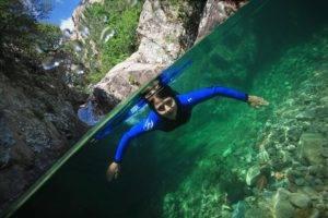 Nagez dans des eaux cristallines en Corse avec Xtremsudcanyon
